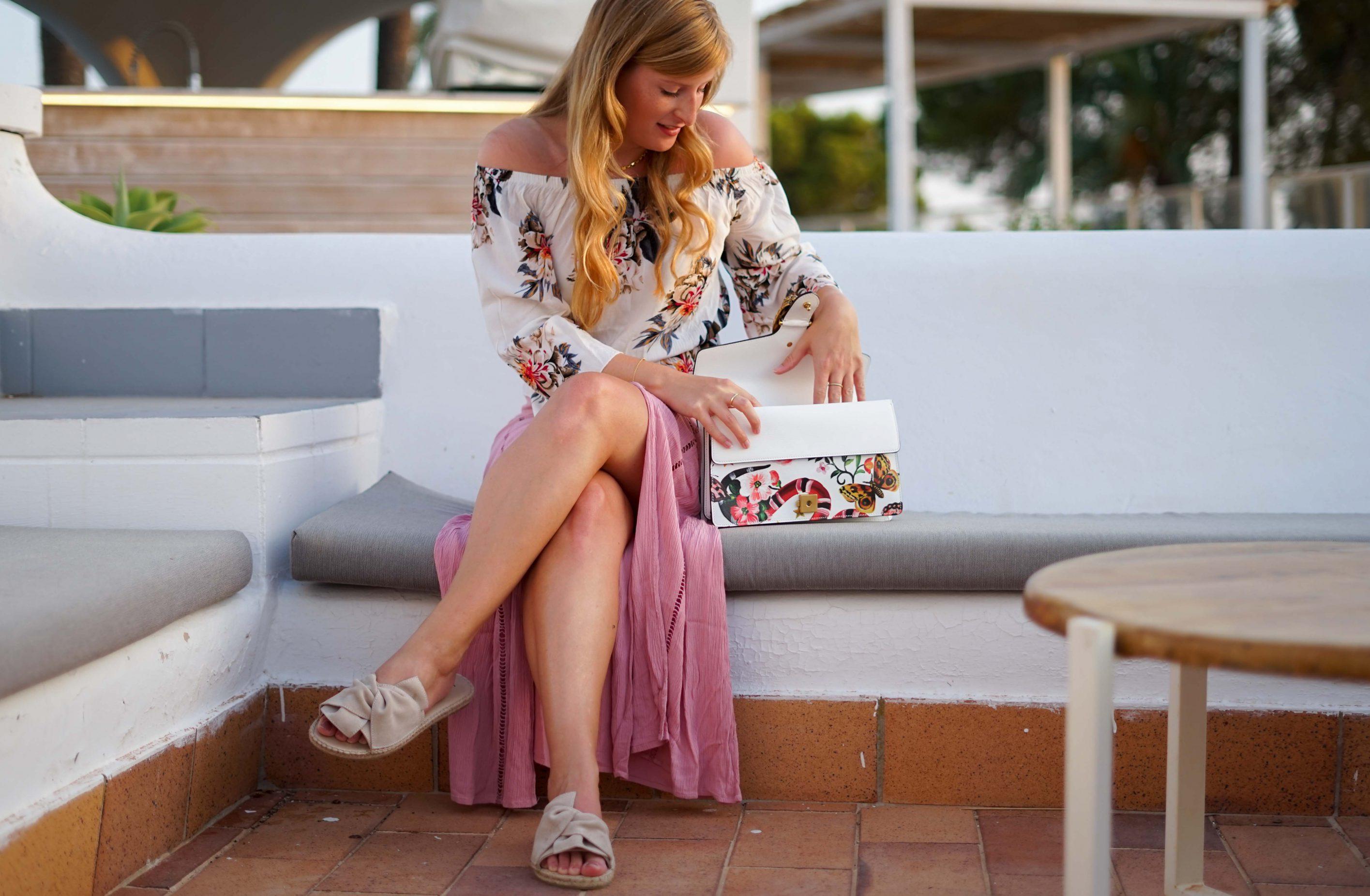 Rosa Maxirock Floral-Top goldene Accessoires Schmuck michael Kors Kette Kreolen Mallorca Golden Hour Sommerlook Urlaubsoutfit