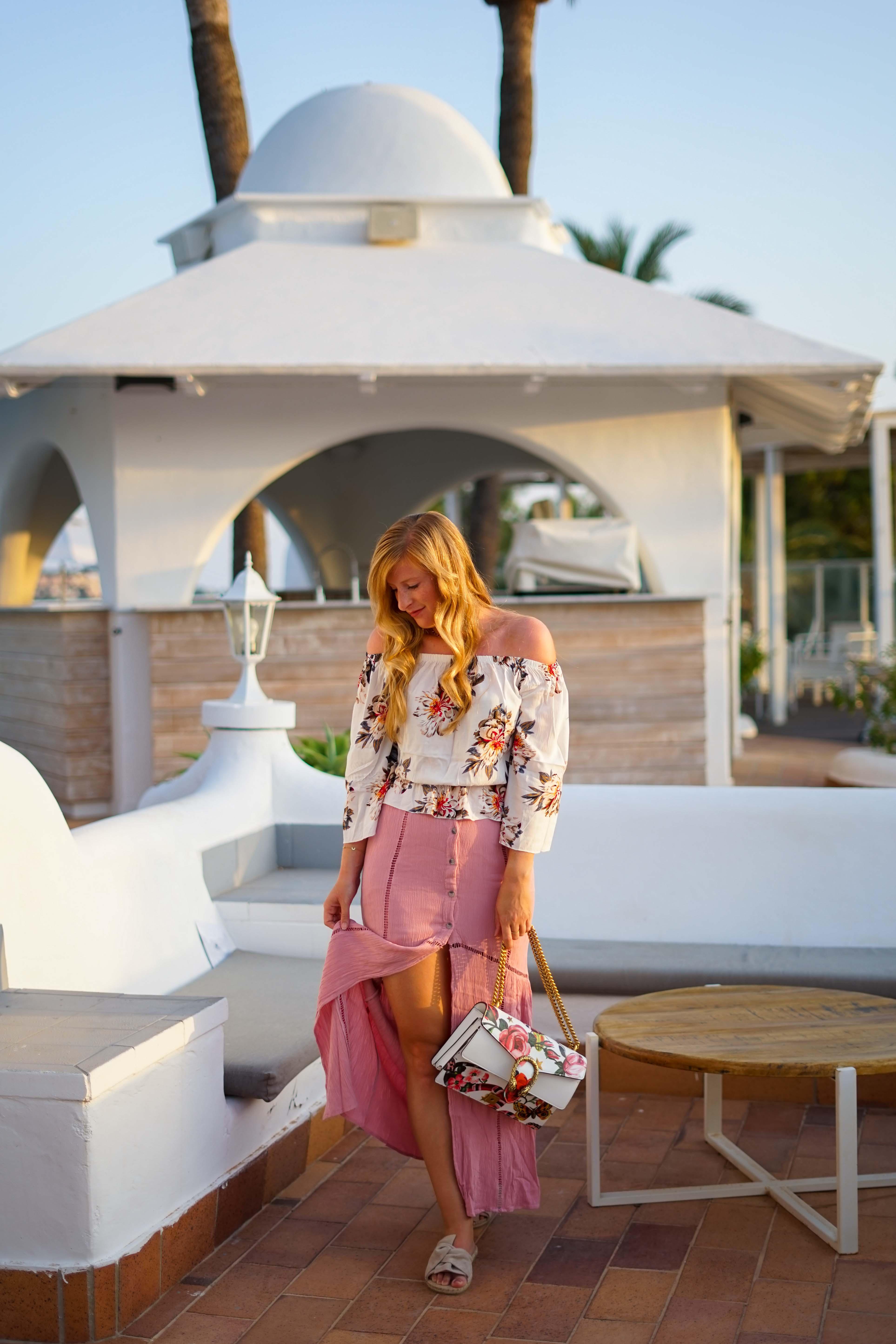 Rosa Maxirock Floral-Top goldene Accessoires Schmuck michael Kors Kette Kreolen Mallorca Golden Hour Sommerlook Urlaubsoutfit 4