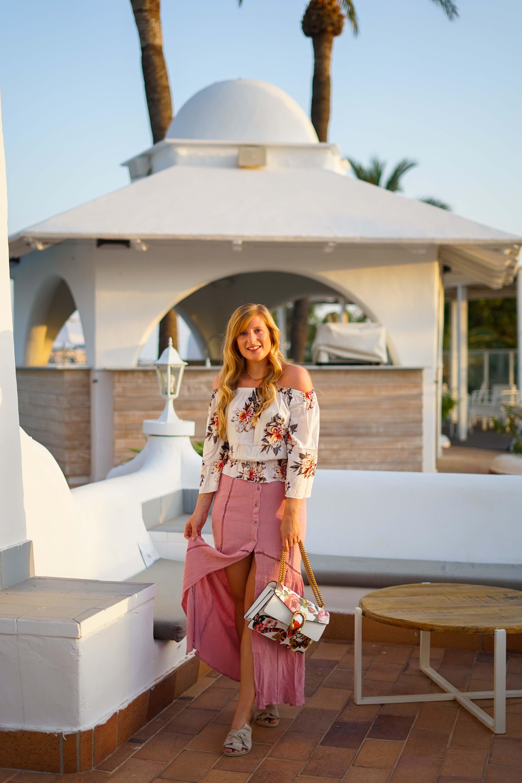 Rosa Maxirock Floral-Top goldene Accessoires Schmuck michael Kors Kette Kreolen Mallorca Golden Hour Sommerlook Urlaubsoutfit 7
