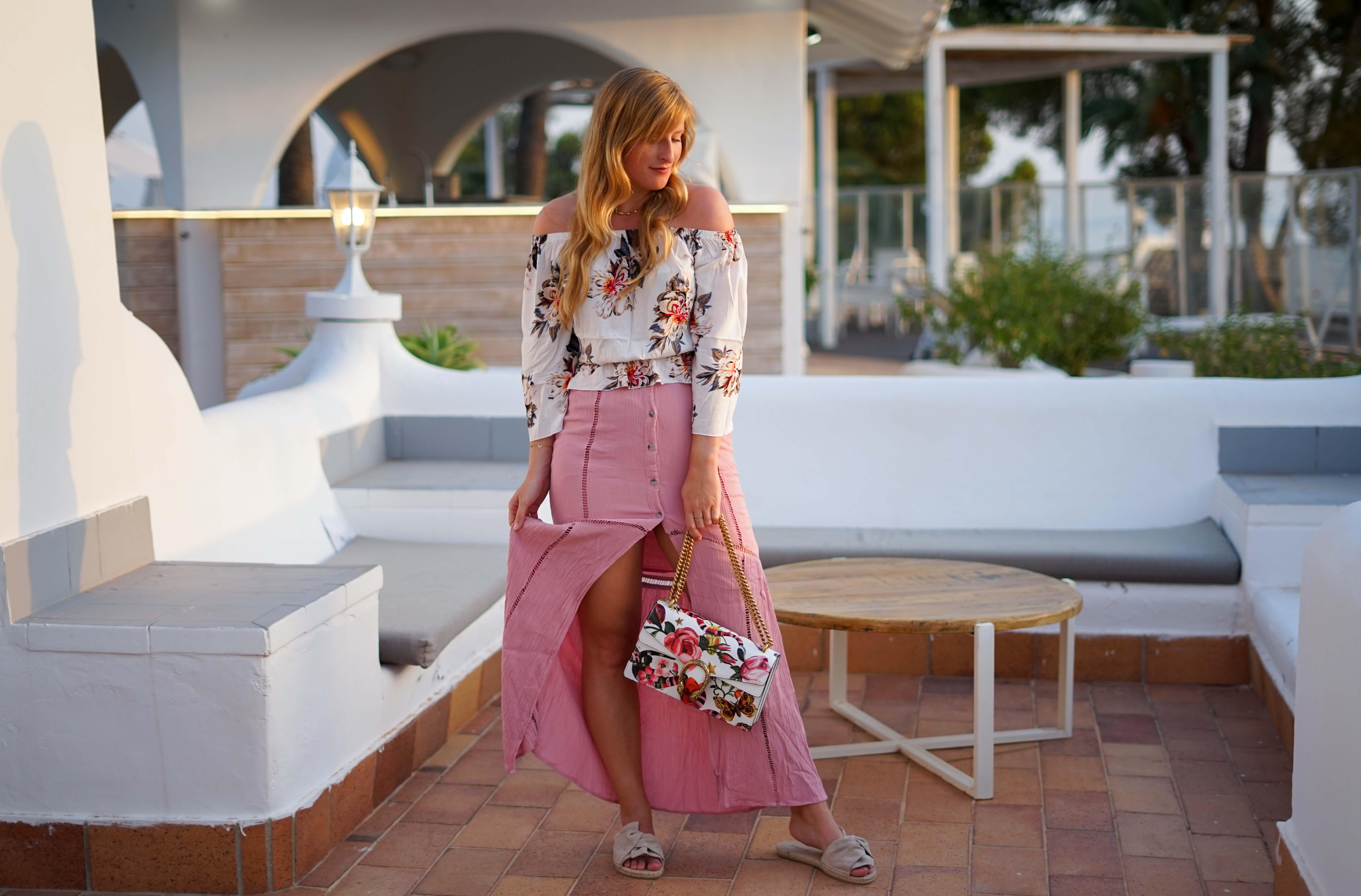 Rosa Maxirock Floral-Top goldene Accessoires Schmuck michael Kors Kette Kreolen Mallorca Golden Hour Sommerlook Urlaubsoutfit 92
