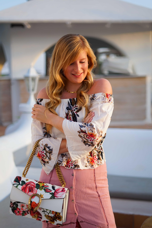 Rosa Maxirock Floral-Top goldene Accessoires Schmuck michael Kors Kette Kreolen Mallorca Golden Hour Sommerlook Urlaubsoutfit Gucci Dionysus 6
