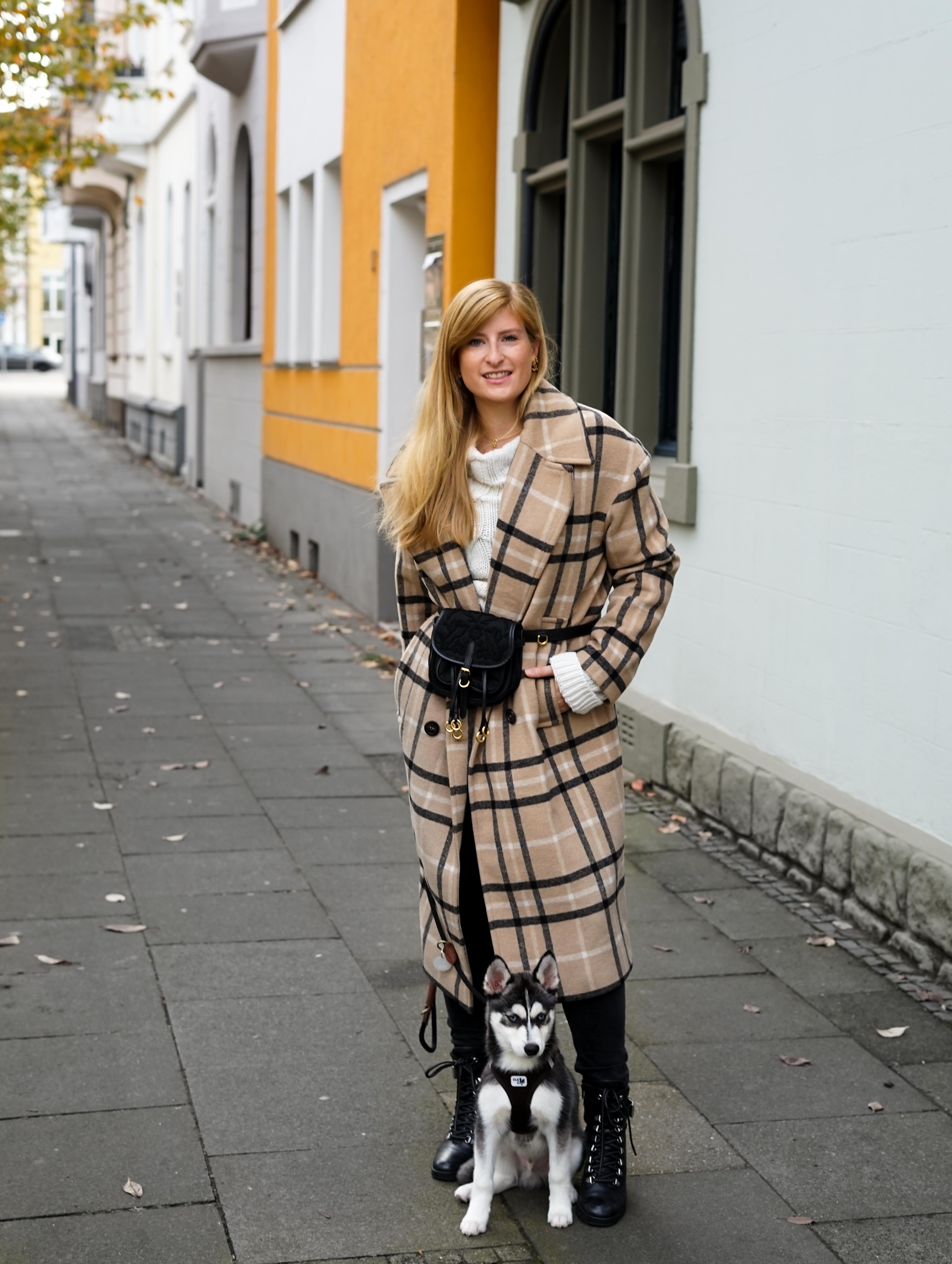 Oversized Wollmantel karriert Gürteltasche Prada Herbstoutfit Herbstlook Pomsky Streetstyle Bonn 3