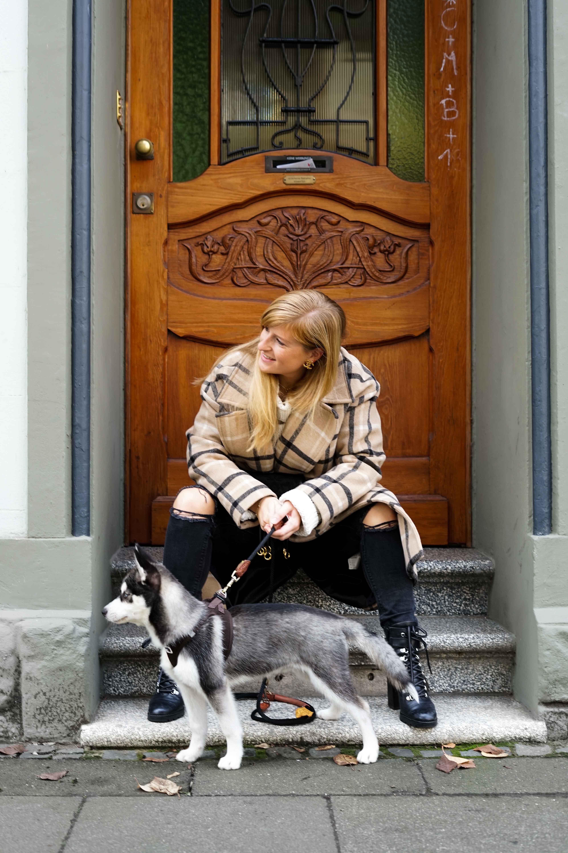 Oversized Wollmantel karriert Gürteltasche Prada Herbstoutfit Herbstlook Pomsky Streetstyle Bonn 5