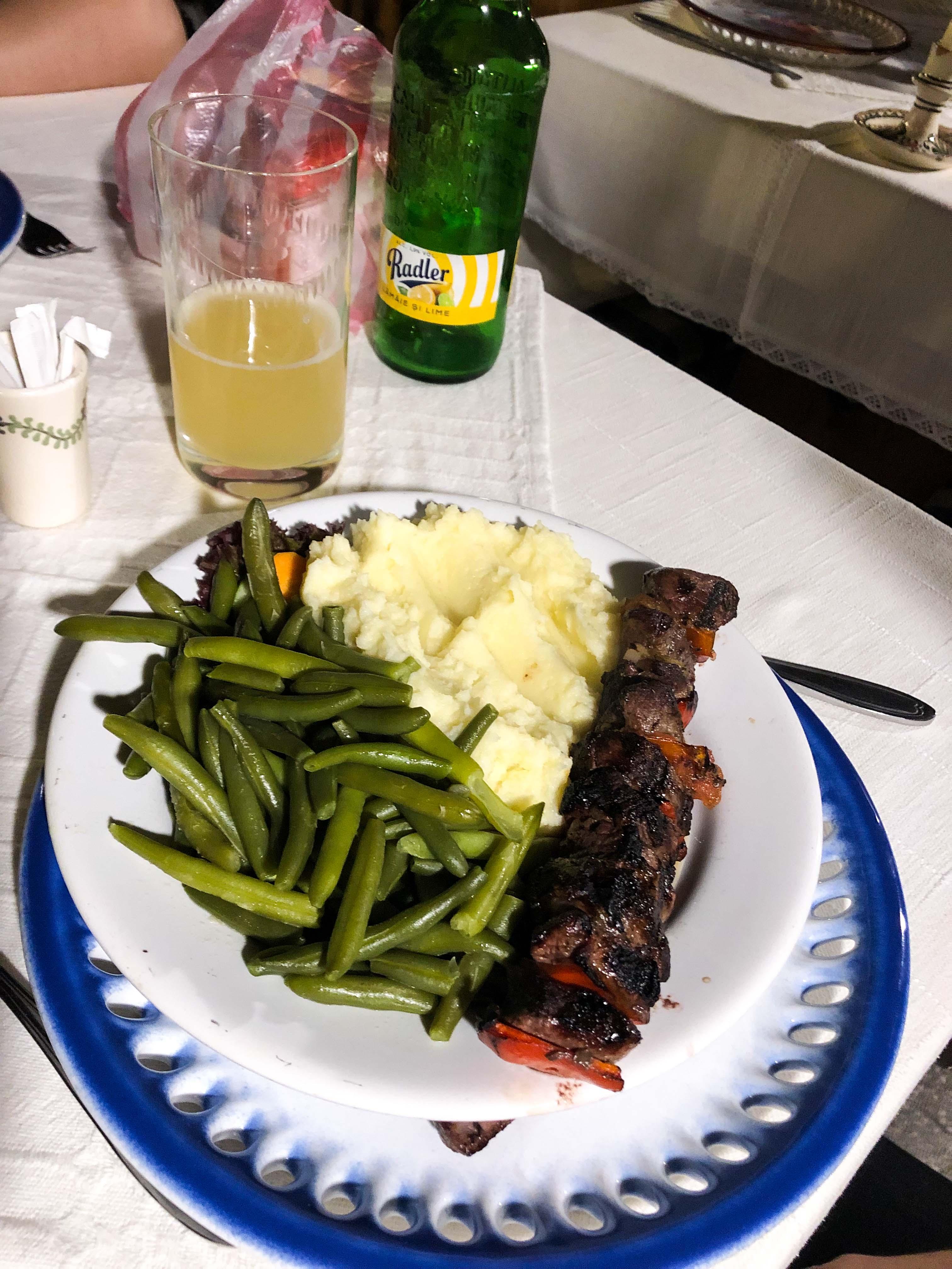 Restaurant Tipps Hermannstadt Sibiu Rumänien Insider Tipps Crama Sibiul Vechi einheimisches Restaurant Rumänische Küche Reiseblog Fleischspieß