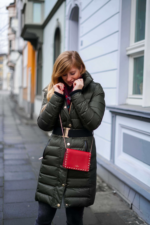 Burberry Winterjacke Grün Modeblog Winter Outfit Bonn Rote Tasche Valentino kombinieren 6