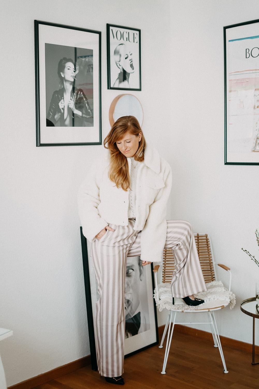 All Beige Look Frühlingslook weite Stoffhose Teddy Jacke Frühlingstrend All Beige Outfit Modeblog 9