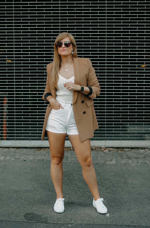Sommeroutfit Monochrom Look All White Blazer kombinieren Sommer Modeblog Fashion Blog Köln 1
