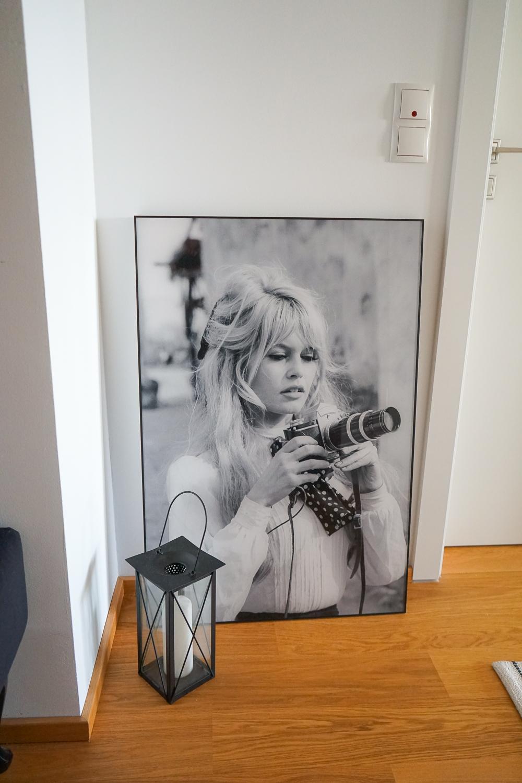Acrylbild Brigitte Bardot mit Kamera Posterlounge Flur gestalten Flur Ideen Flur Deko Schwarz Weiß Fotografie 2