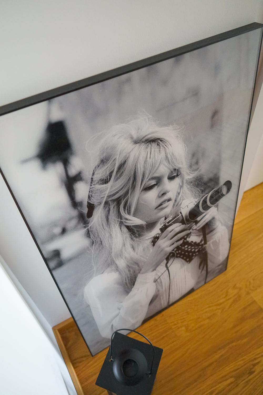 Acrylbild Brigitte Bardot mit Kamera Posterlounge Flur gestalten Flur Ideen Flur Deko Schwarz Weiß Fotografie 4