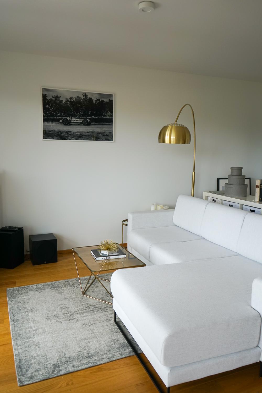 Sofa modern Wohnzimmer einrichten Wohnzimmer Ideen goldene ...