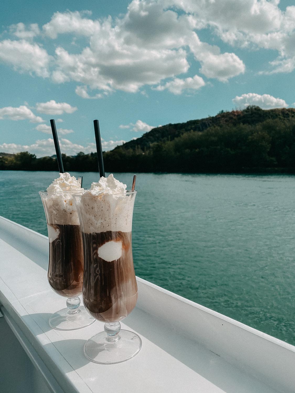 AROSA Flusskreuzfahrt Frankreich A-rosa Bella Schiff Deck Eiskaffee Rhône Saône entdecken