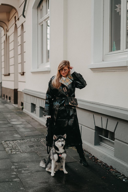 Schwarzer Vinyl Trenchcoat kariertem Futter kombinieren Outfit Modeblog Winter Pomsky Streetstyle Bonn