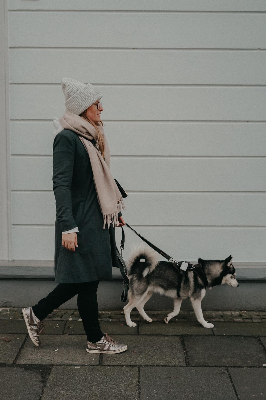 Acne Mütze grau hell Acne Studios Streetstyle Outfit kombinieren Schal Aigner Modeblog Bonn Pomsky 2