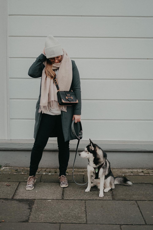 Acne Mütze grau hell Acne Studios Streetstyle Outfit kombinieren Schal Aigner Modeblog Bonn Pomsky 3