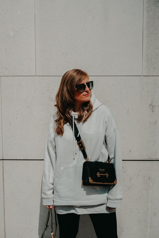 Leggins kombinieren Style Guide Oversized Sweater Prada Cahier Tasche Streetstyle Modeblog Bonn 2