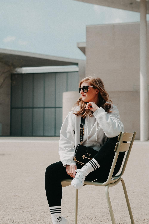 Leggins kombinieren Style Guide Oversized Sweater Prada Cahier Tasche Streetstyle Modeblog Bonn 5