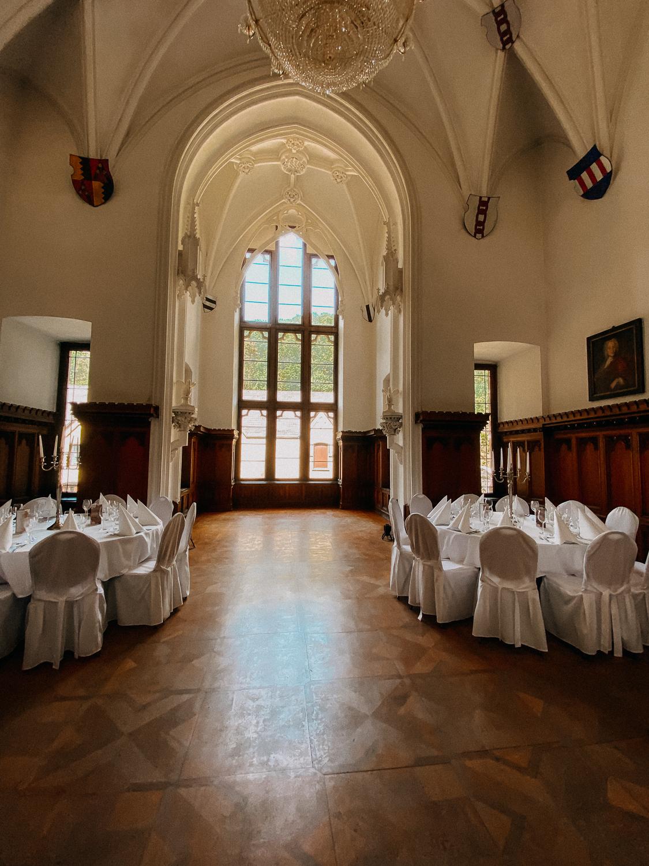 Hochzeitslocation NRW Schloss Arenfels Hochzeit Bonn Tisch Deko Hochzeit 4