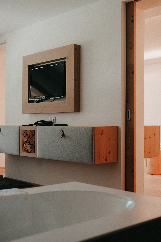 Thierseerhof Wellnesshotel Kufsteinerland Familienzimmer Reiseblog Badewanne TV