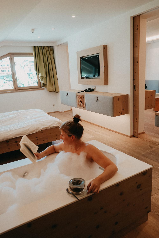 Thierseerhof Wellnesshotel Kufsteinerland Hotelzimmer Badewanne Reiseblog