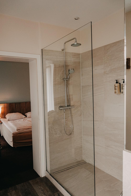 Nachhaltiges Hotel Deutschland Ostsee Lifestyle Hotel SAND Timmendorfer Strand Skandinavischer Stil Badezimmer Reiseblog