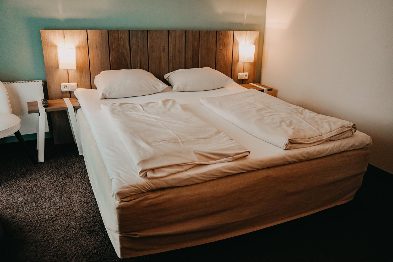 Nachhaltiges Hotel Deutschland Ostsee Lifestyle Hotel SAND Timmendorfer Strand Skandinavischer Stil Zimmer Bett Reiseblog